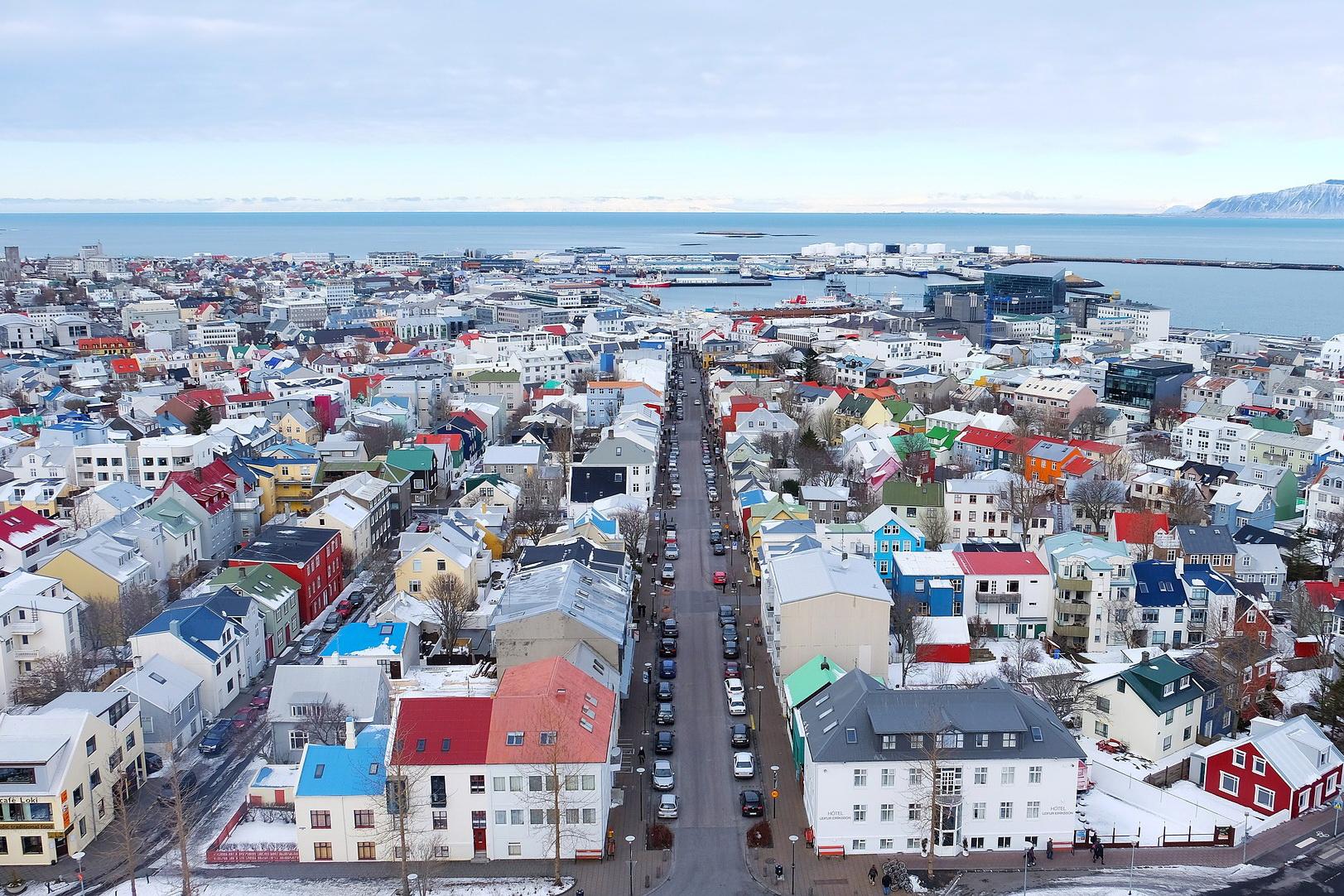 Вид из башни церкви Хатльгримскиркья в Исландии