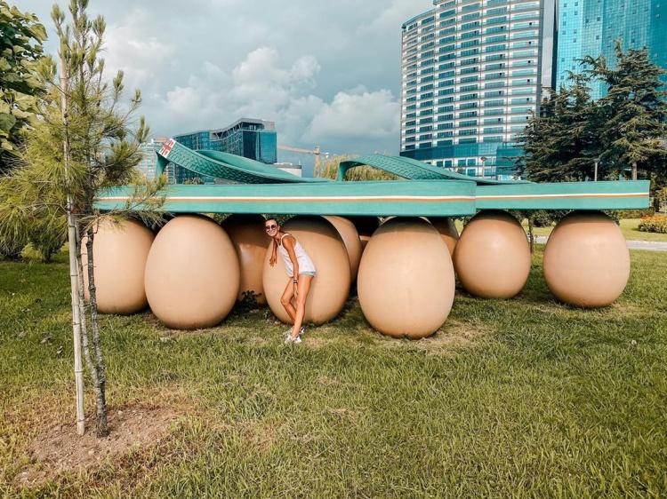 Скульптура Сланцы на яйцах, Батуми