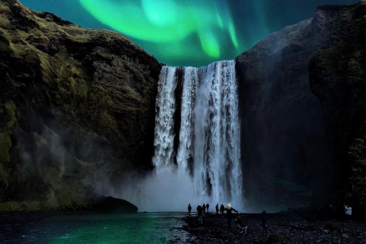 Водопад Скогафосс и северное сияние
