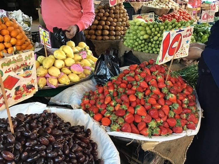 Фрукты и ягоды на рынке Египта