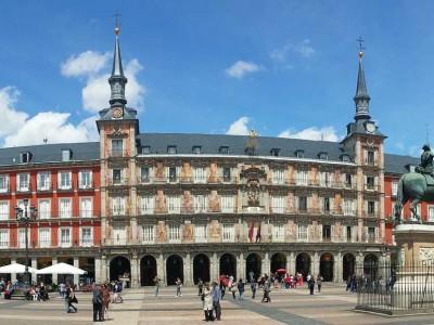 Центральная площадь Мадрида Пласа−Майор