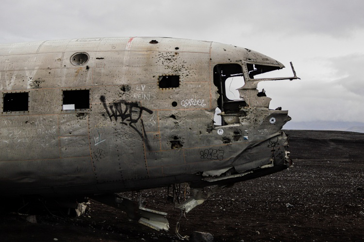 Разрушенный самолет в Исландии