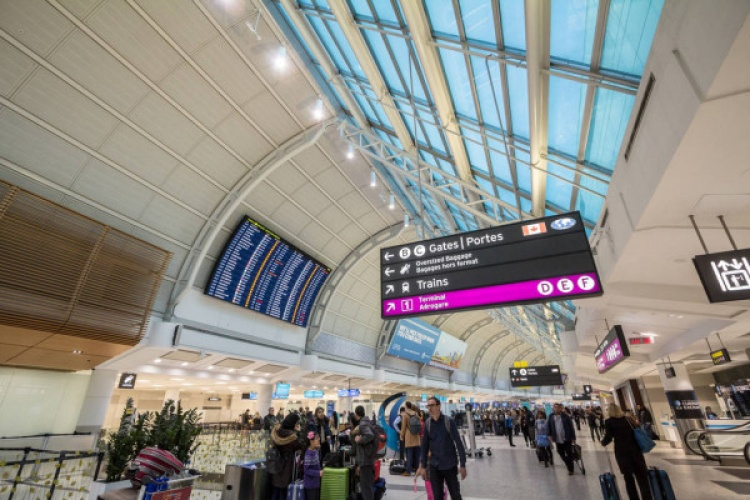 Табло в аэропорту Пирсон в Торонто