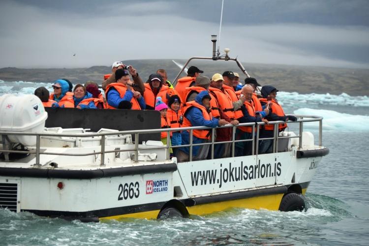 Лодка-амфибия в Исландии