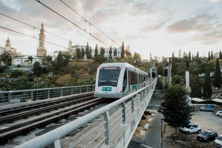 Поезд метро в Севилье