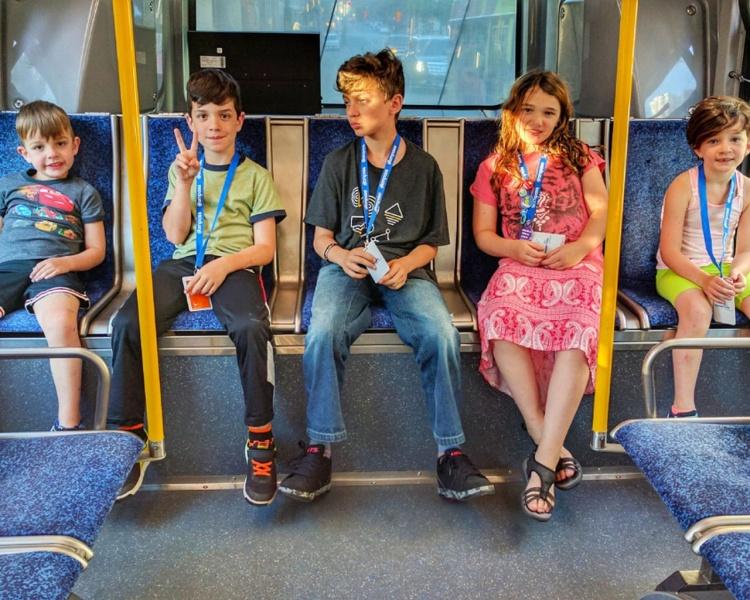 Дети в автобусе в Канаде