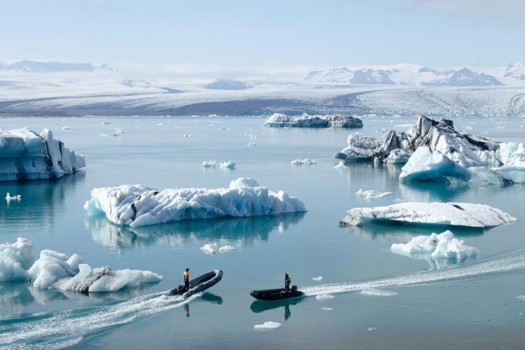 Надувная лодка-зигзаг для прогулки по леднику в Исландии