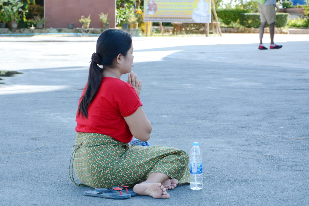 Как правильно сидеть в храме Таиланда