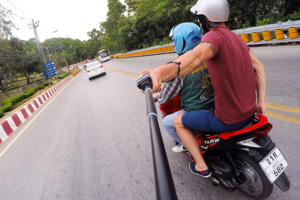 Шлем обязательная защита в мотобайкеров в Таиланде