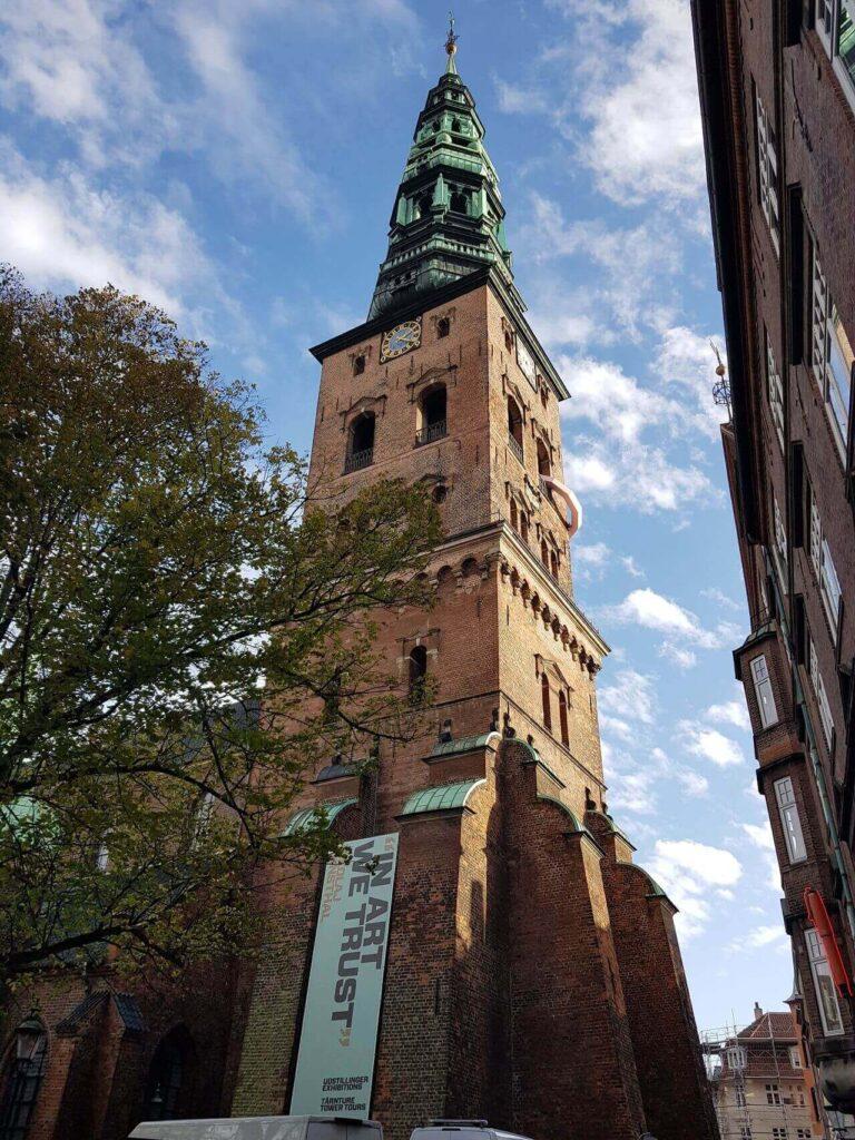 Какая погода в дании - Башня дворца Кристиансборг весной