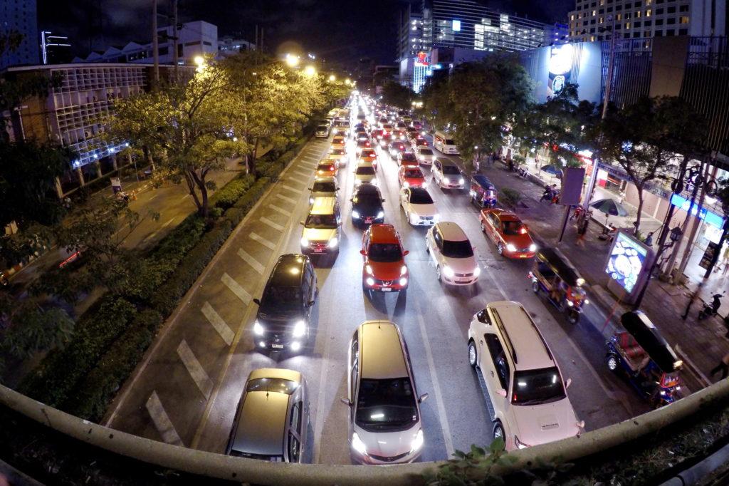 Движение транспорта на дорогах Бангкока