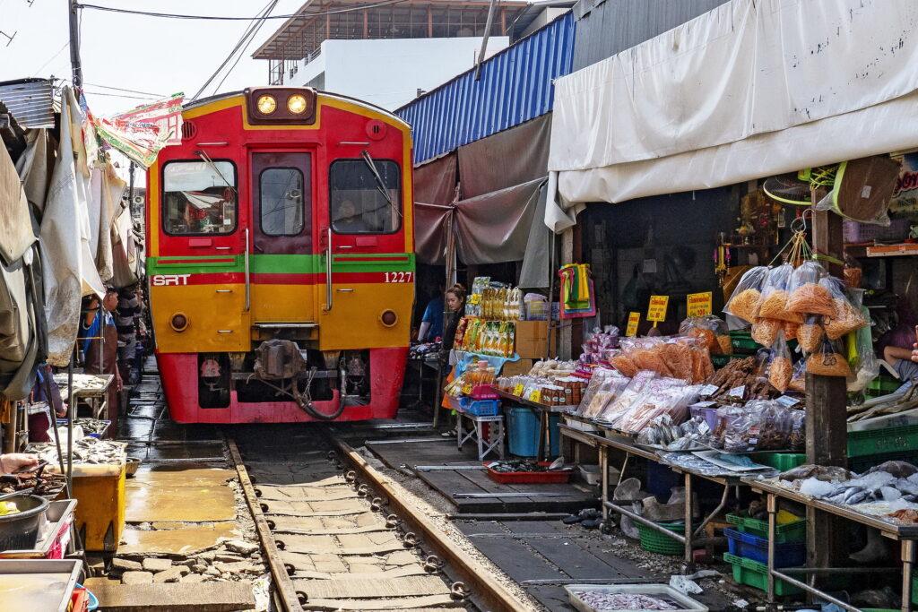 Рынок на железной дороге Mae Klong Railway Market