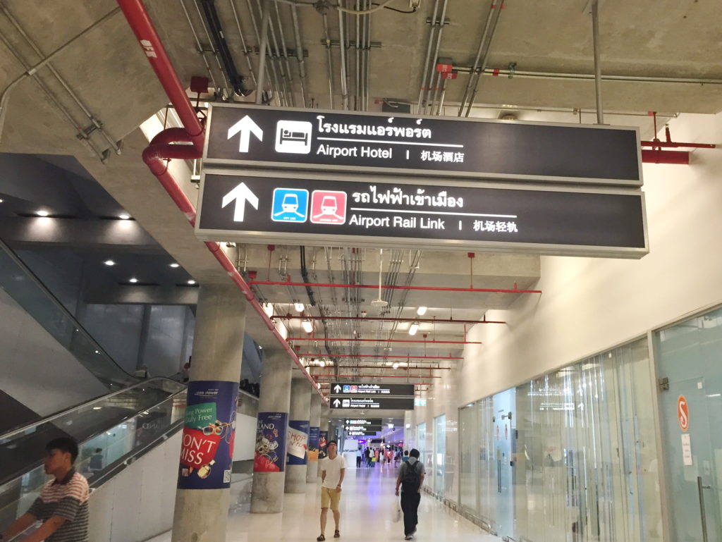 Указатели в аэропорту Бангкока
