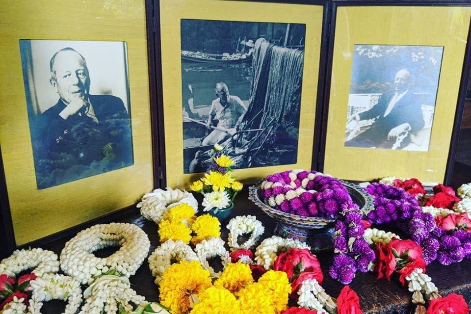 Преподношение цветов к фото Джима Томпсона