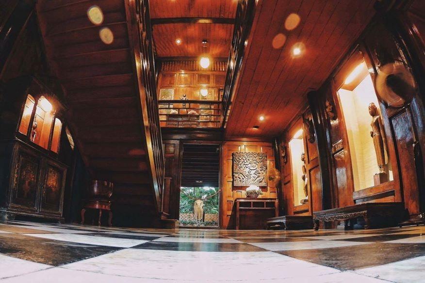 Витрины с большими деревянными статуями бирманских натов