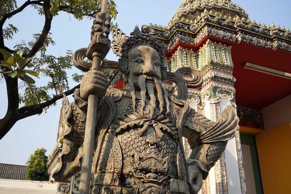 Статуи в садах храма лежащего Будды Бангкок