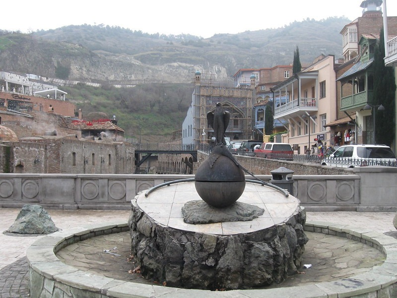 Памятник-фонтан в центре Абанотубани Грузия
