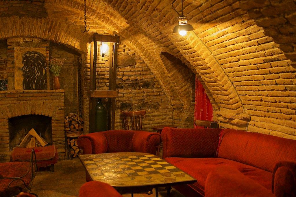 Ресторан Shavi Lomi в Тбилиси с абажурами и камином