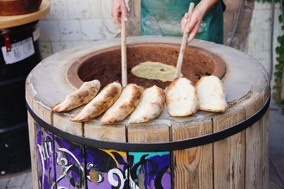 Что попробовать в Грузии - грузинский хлеб Шоти в печиТоне
