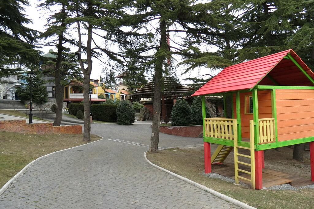 Прогулки на горе Mtatsminda по парку Bombora