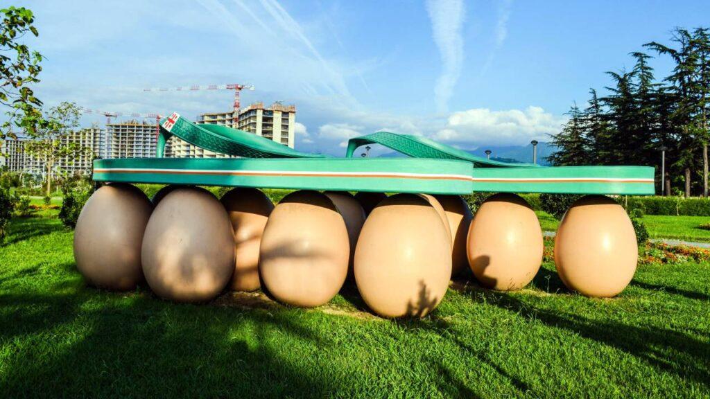 Батуми - Скульптура Сланцы на яйцах