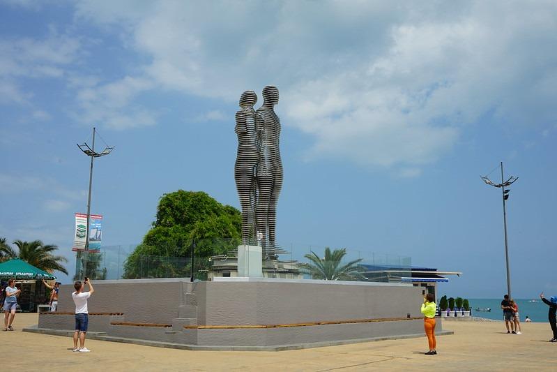 Скульптура Ali and Nino в Батуми