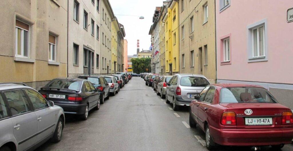 Парковки Словении вдоль дороги