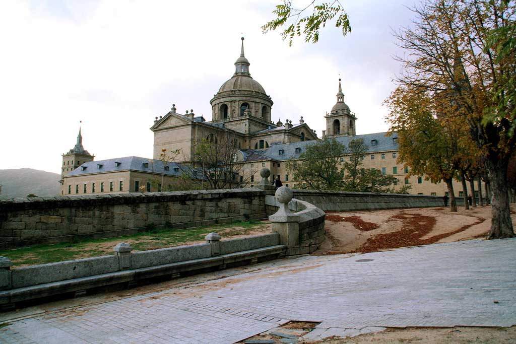 Где находится дворец-монастырь Эскориал