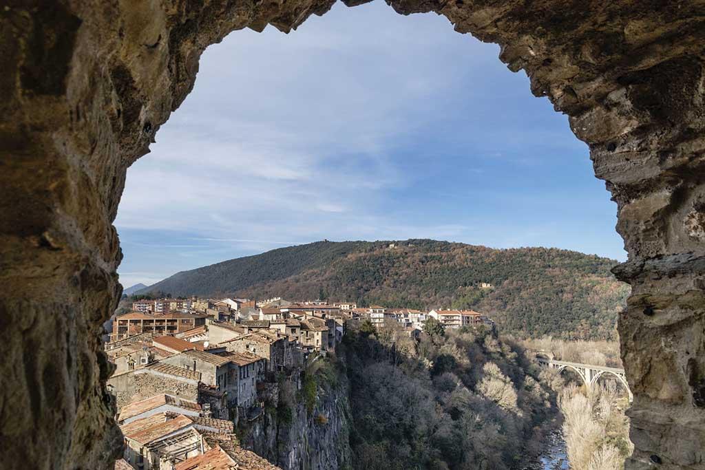 Город Кастельфольит де ла Рока, недалеко от Барселоны, Испания