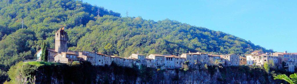 Город на скале Кастельфольит де ла Рока, Испания
