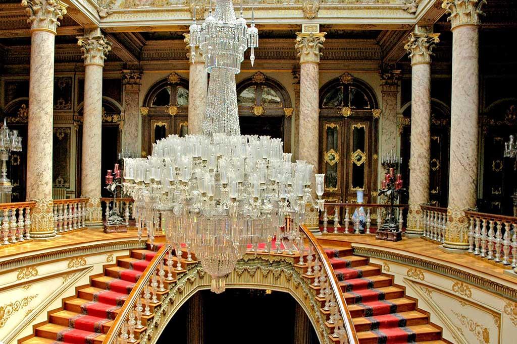 Люстра во дворце Долмабахче в Стамбуле