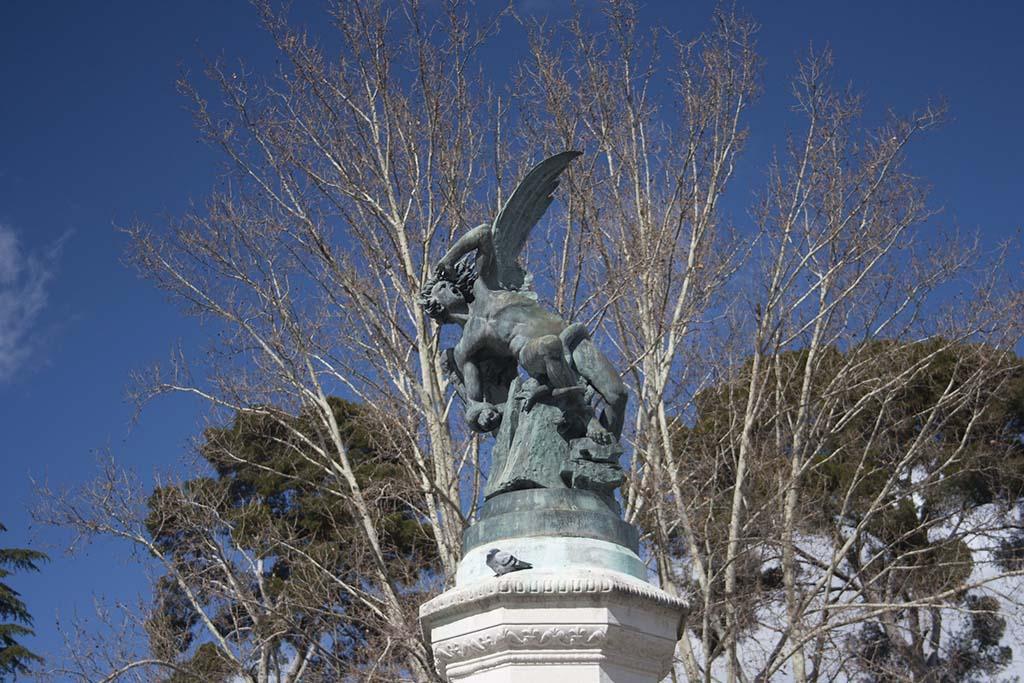 Статуя Падшего ангела в парке эль Ретиро, Мадрид