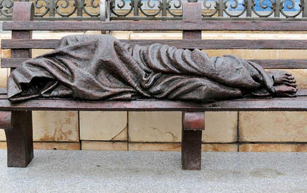 Необычная скульптура возле музея Альмудена