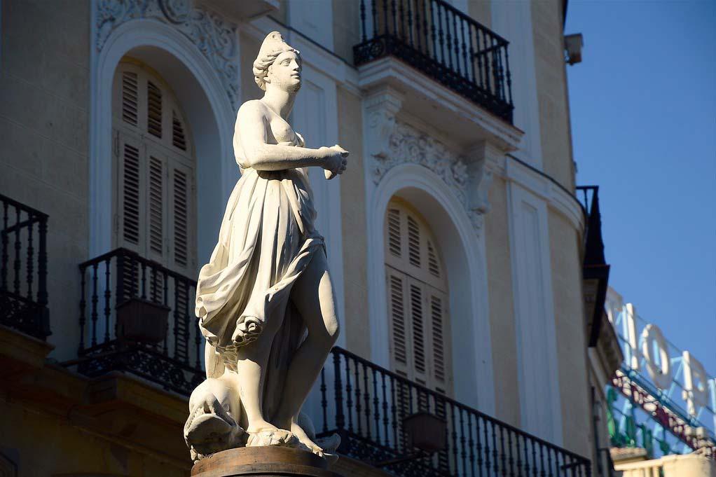 Репродукция статую Марибланка на площади дель Соль в Мадриде