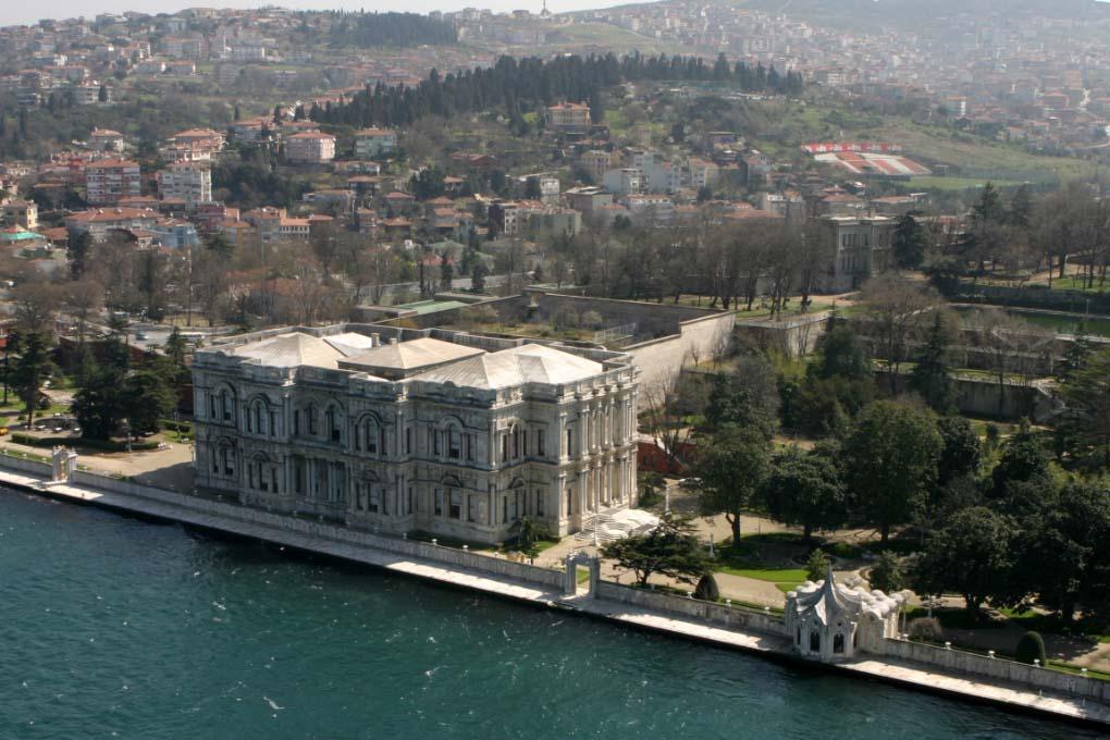 Вид с Босфора на Дворец Бейлербейи в Стамбуле