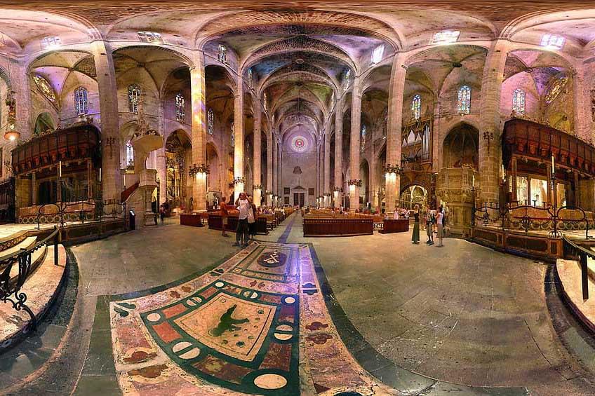 Зал кафедрального собора в Майорке